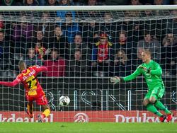 Na een voorzet kan Jarchinio Antonia (l.) de 1-0 achter Pär Hansson tikken tijdens Go Ahead Eagles - Feyenoord. (06-11-2016)