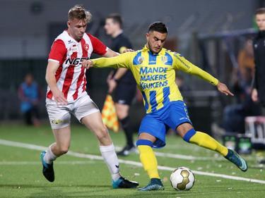 Imad Najah (r.) zet voor tijdens de wedstrijd FC Oss - RKC Waalwijk, voordat Paul Kok (l.) actie kan ondernemen. (30-11-2015)