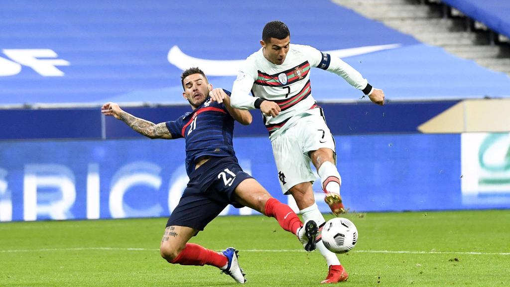 Bayern-Verteidiger Hernández im Duell mit Cristiano Ronaldo aus Portugal