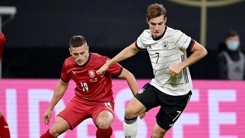 Florian Neuhaus (r.) startete zuletzt auch im DFB-Team durch