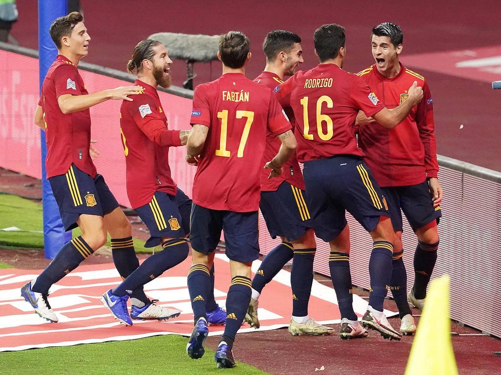 Morata (dcha.) es felicitado por sus compañeros de selección tras un gol.