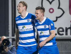Stef Nijland (l.) maakt na een halfuur spelen ook het tweede doelpunt van PEC Zwolle tegen De Graafschap. Hij viert de 2-0 samen met Wouter Marinus. (05-03-2016)