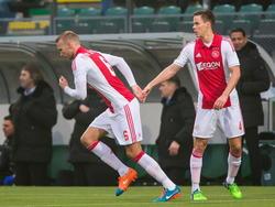 Mike van der Hoorn (l.) is de vervanger van Niklas Moisander (r.) tijdens het competitieduel ADO Den Haag - Ajax. (30-11-2014)
