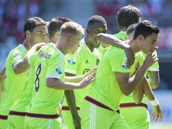 Anwar El Ghazi (r.) viert de 0-1 met zijn ploeggenoten tijdens het competitieduel AZ Alkmaar - Ajax. (09-08-2015)