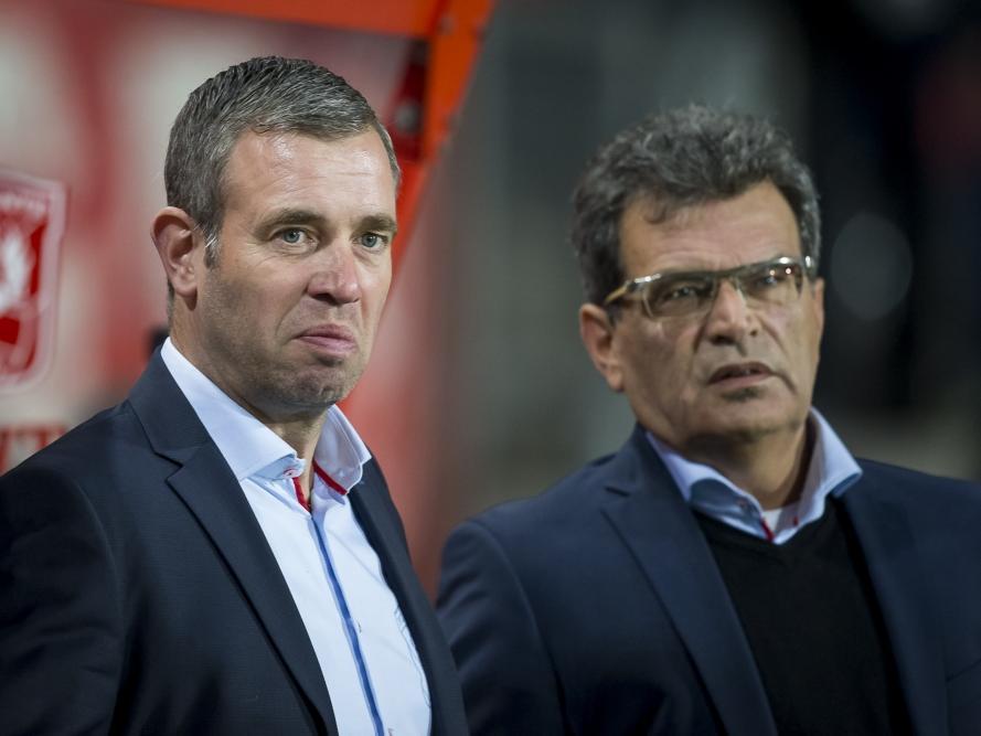 FC Twente-trainer René Hake (l.) en technisch directeur Ted van Leeuwen overleggen voorafgaand aan het competitieduel FC Twente - PSV. (24-10-2015)