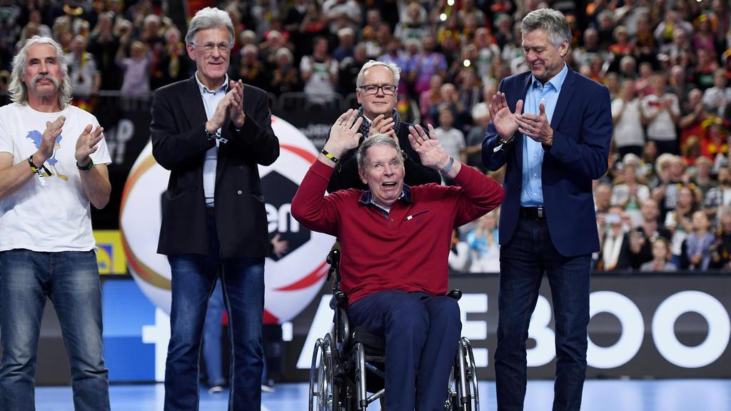 Die Fans gratulierten in der Halbzeitpause Joachim Deckarm zum 65. Geburtstag