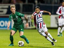 Willem II-speler Anouar Kali (r.) probeert Albert Rusnák van FC Groningen te achterhalen. (29-10-2016)