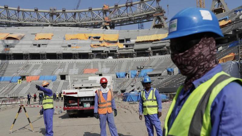 Bauarbeiter arbeiten am Lusail-Stadion, einem der Stadien der WM 2022