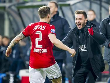 Mattias Johansson (l.) viert de 1-0 samen met bankzitter Muamer Tanković (r.) tijdens het competitieduel AZ Alkmaar - FC Utrecht. (19-12-2015)
