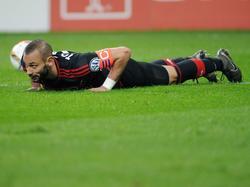 Ömer Toprak ligt op de grond tijdens het bekerduel Bayer Leverkusen - Werder Bremen. (09-02-2016)