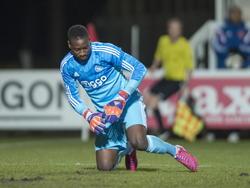 André Onana wil even door de grond zakken als hij in zijn eerste officiële wedstrijd in Nederland een grote fout maakt. Tegen Achilles '29 schuift de goalie de bal in de voeten van de tegenstander, waarna er gescoord wordt. (09-02-2015)
