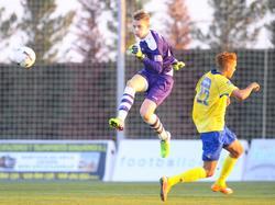 Maarten de Fockert (l.) komt tijdens een oefenduel van sc Heerenveen met Sint-Truidense VV zelfverzekerd over. Hier ramt hij de bal weg voordat Edmilson Junior ook maar iets kan betekenen. (07-01-2015)
