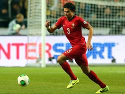 Pepe toca el cuero con la camiseta de Portugal en una imagen de archivo. (Foto: Getty)