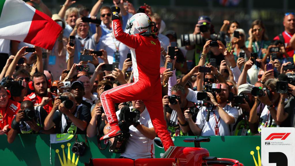 Sebastian Vettel feiert seinen Sieg vor dem Briten Lewis Hamilton