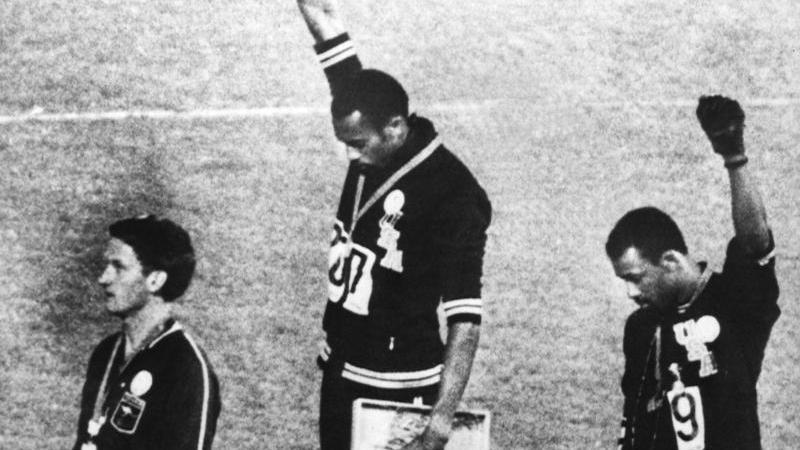 Tommie Smith (m.), John Carlos (r.) und Peter Norman - der unbekannte Dritte - bei der Siegerehrung 1968