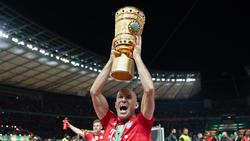 Robben levanta la copa frente al Leipzig.