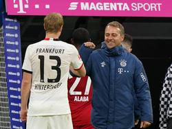 Hinteregger beim Ellenbogenabklatschen mit Bayern-Coach Flick