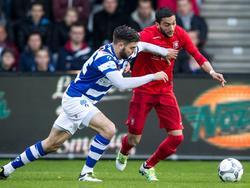 Robin Pröpper (l.) moet zijn armen gebruiken om Hakim Ziyech tegen te houden tijdens de competitiewedstrijd De Graafschap - FC Twente. (15-04-2016)