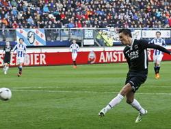 Steven Berghuis krijgt een lage voorzet in de openingsfase van de wedstrijd sc Heerenveen - AZ en met de binnenkant van de voet werkt hij de bal richting doel. (11-04-2015)