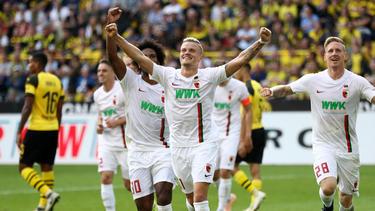 Philipp Max (M.) darf vorerst weiter nur für den FC Augsburg jubeln