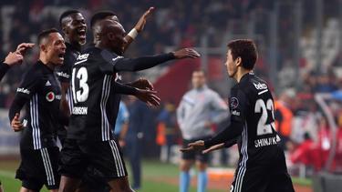 Kagawa (re.) feiert mit seinen neuen Teamkollegen von Besiktas