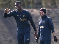 Pogba y Mata bromean en un entrenamiento.