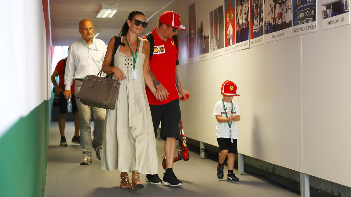 Robin Räikkönen (re.) (hier mit Mutter Minttu im Juli 2018) fuhr erstmals ein Kart