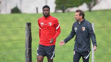 Kevin Danso (l.) verlässt offenbar den FC Augsburg