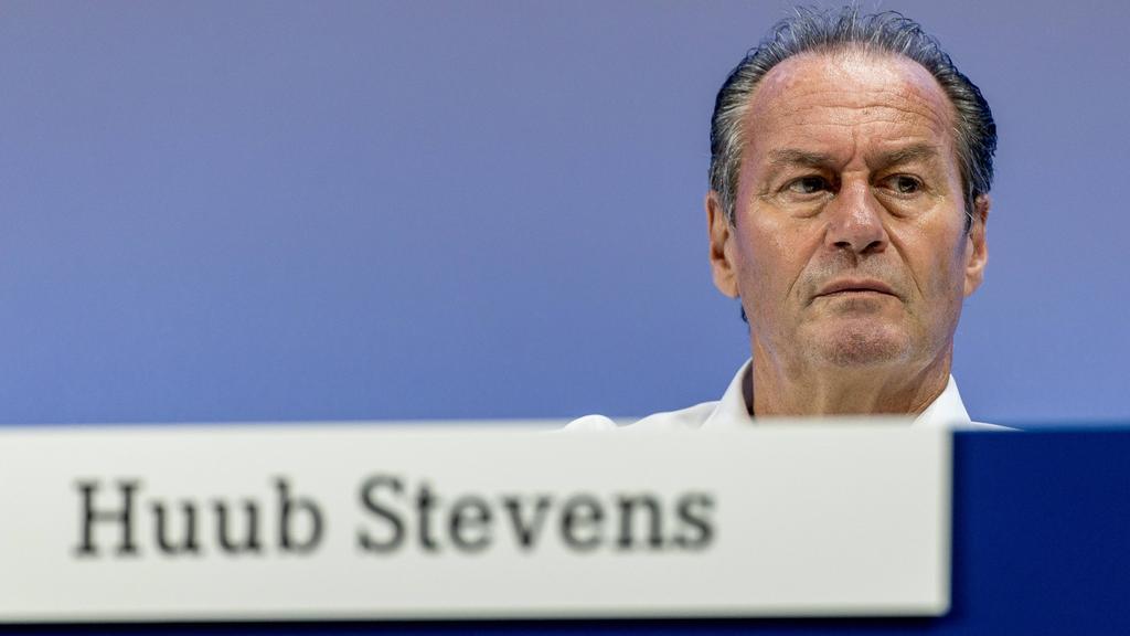 Huub Stevens rät seinem FC Schalke 04 kein Saisonziel auszugeben