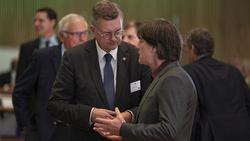 Reinhard Grindel hält Joachim Löw für den richtigen Bundestrainer