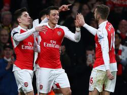 Mesut Özil (c.) celebra con sus compañeros el segundo tanto. (Foto: Getty)