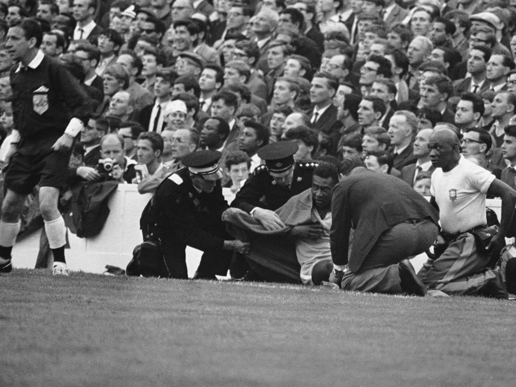 Pelé am Boden: Bei der WM 1966 wurde der Superstar Opfer zahlreicher Attacken