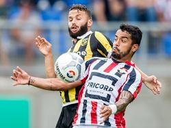 Bruno Andrade (r.) is Rochdi Achenteh (l.) te snel af tijdens het competitieduel Willem II - Vitesse. (09-08-2015)