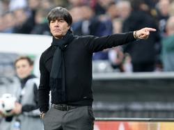 Löw heeft aanwijzingen tijdens de wedstrijd tegen Italië. (29-03-2016)