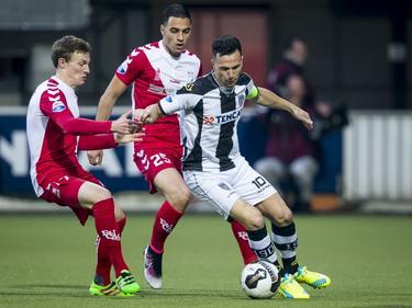 Thomas Bruns (r.) houdt Rico Strieder (l.) en Sofyan Amrabat bezig tijdens Heracles Almelo - FC Utrecht. (19-05-2016)