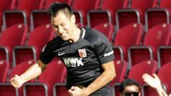 Der Augsburger Dong-Won Ji jubelt über das Tor zum 1:0 und verletzt sich dabei