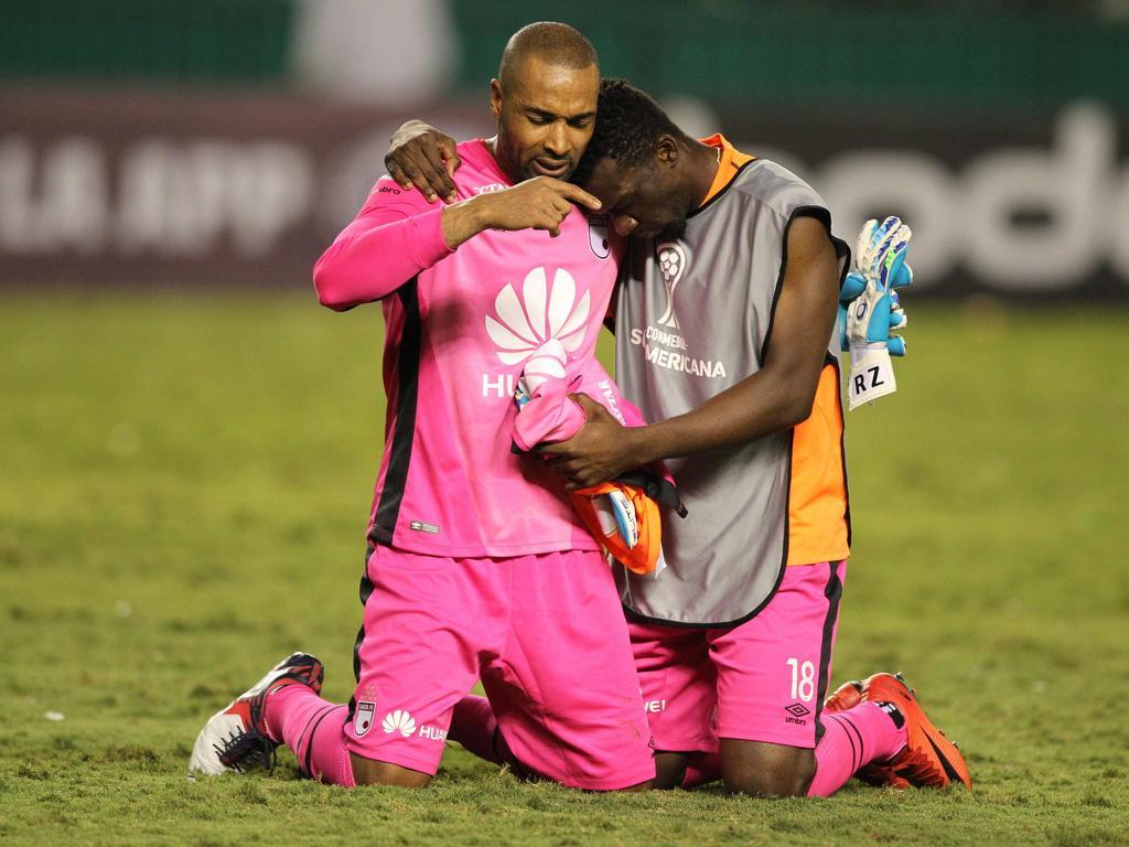 Robinson Zapata y Miguel Solís celebran el pase a siguiente ronda. (Foto: Imago)