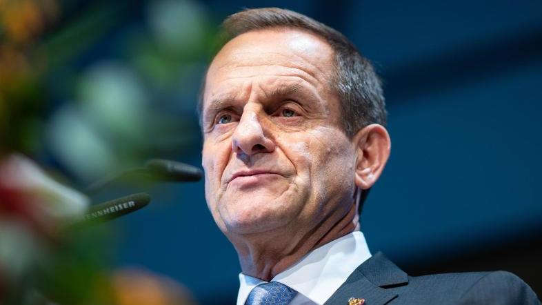 DOSB-Präsident Alfons Hörmann freut sich über die Spende
