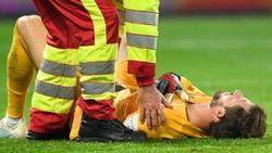 Eintracht Torhüter Kevin Trapp wird in Berlin von einem Sanitäter behandelt
