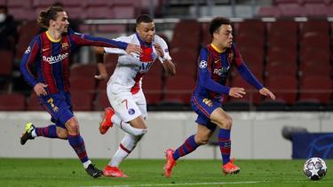 Sergino Dest (r.) spielt seit 2020 für den FC Barcelona