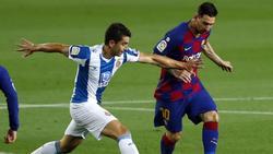 Barcelonas Lionel Messi (r.) kämpft mit Marc Roca von Espanyol um den Ball