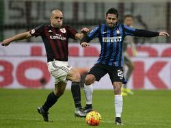 Alex vecht namens AC Milan een duel uit met Eder van Internationale. (31-01-2016)