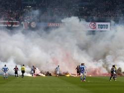 Ajax-supporters gooien vuurwerk op het veld tijdens de bekerfinale PEC Zwolle - Ajax. Foto van de Week. (20-4-2014)