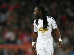 Marvin Emnes bekijkt zijn opties tijdens Stoke City - Swansea City. (19-10-2014)
