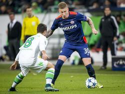 Jordy de Wijs (r.) debuteert in het Champions League-duel met VfL Wolfsburg in de hoofdmacht van PSV. Hier probeert hij Vieirinha te omspelen. (22-10-2015)