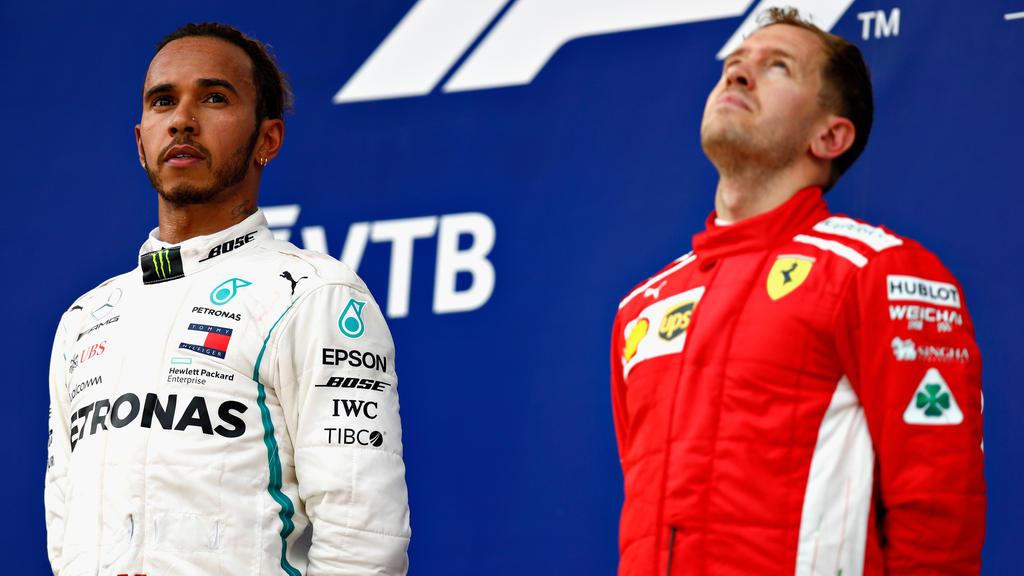 Lewis Hamilton hat seinen WM-Rivalen Sebastian Vettel (r.) verteidigt
