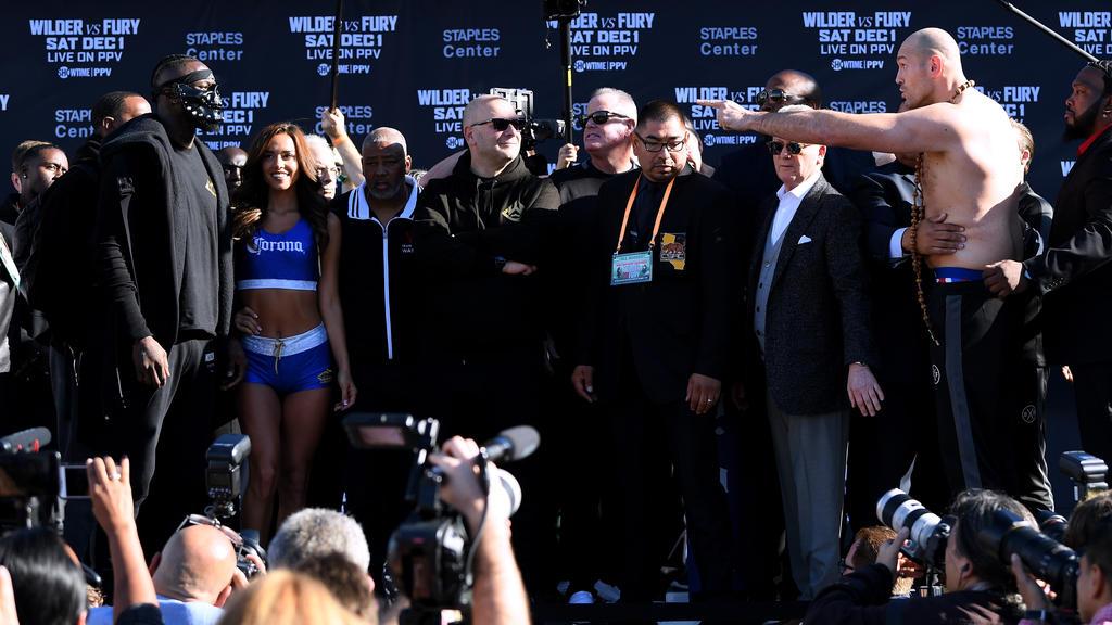 Tyson Fury (r.) droht Deontay Wilder