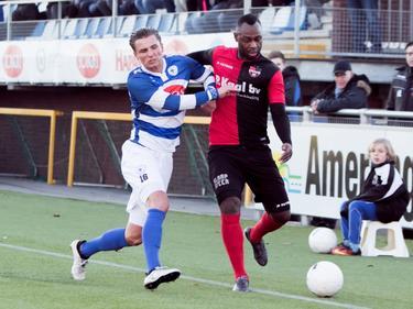 Cendrino Misidjan (r.) vecht om de bal met Sten Vreekamp (l.) tijdens het competitieduel Spakenburg - De Treffers (21-01-2017).