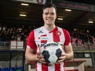 Tom Boere mag de wedstrijdbal mee naar huis nemen nadat hij een hattrick heeft gescoord tijdens het competitieduel FC Oss - Achilles'29 (31-03-2017).