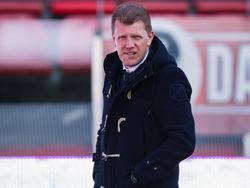 Jong FC Utrecht-trainer Robin Pronk bekijkt de verrichtingen van zijn elftal vanaf de zijkant tijdens het competitieduel met FC Oss (10-04-2017).